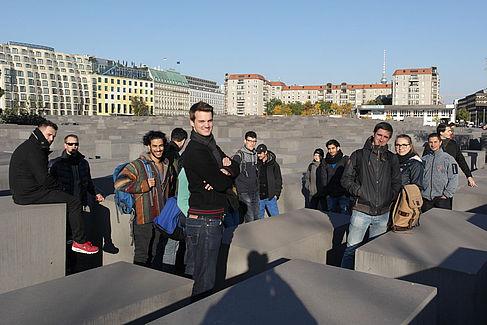Exkursion zum Holocaust-Mahnmal, dessen Stelen aus unbewehrtem Beton gefertigt wurden und innen hohl sind